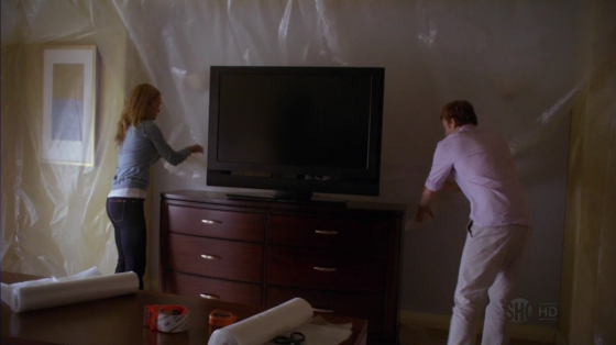 TV de plasma em um quarto de sangue.