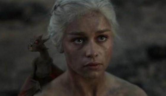 -Estou nua, mas um dragão no ombro sempre ajuda a desviar os olhares maliciosos da galera...