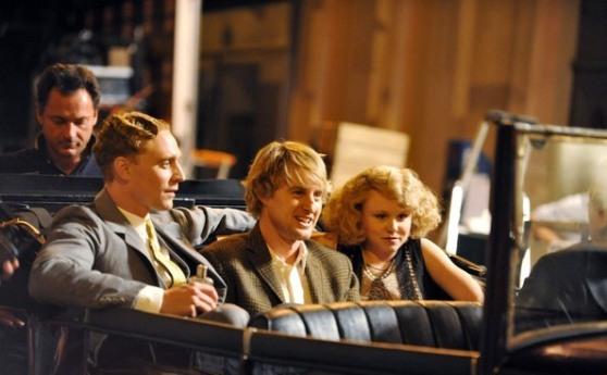 Acredite: você não quer saber quem são esses dois com ele... ou quer. Mas no cinema.