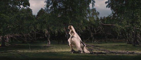 Kirsten Dunst vai para o matinho.